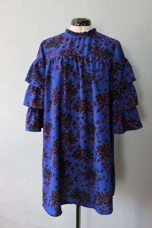Hochgeschlossenes Kleid mit gerafften Ärmeln