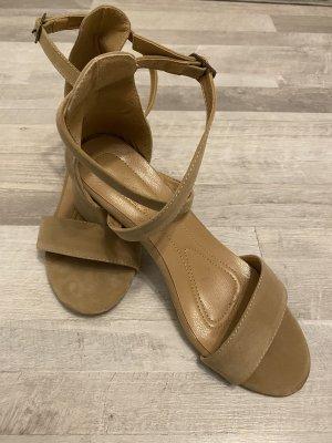 Sandalias de tacón con barra en T beige