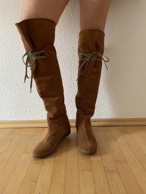 Kemal Tanca Botas sobre la rodilla marrón