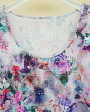 hochwertiges Kurzarmshirt mit Blumendruck in Pink, Flieder und Helltürkis
