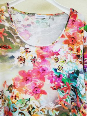 hochwertiges Kurzarmshirt mit exotischen Blüten auf Viskosestretch von Peter Hahn