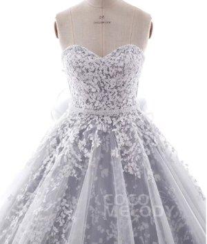 Hochzeitskleid: Bezaubernde schulterfreie A-Linie mit Blattspitze und Schnürung in Ivory mit blau/grauer Unterschicht