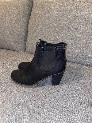 Hohe schwarze Schuhe