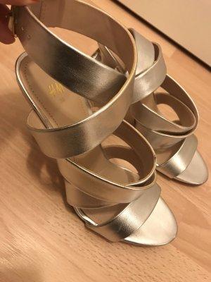 Hohe silberne Schuhe