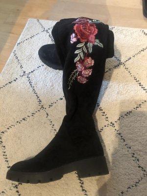Hohe Stiefel mit Blumestickerei