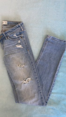 Hollister destroyed Jeans in 32