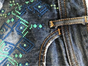 Hollister Jeans Shorts bestickt auf Vorderseite Größe 00 W 23