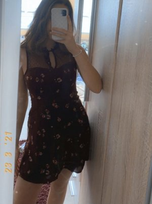 hollister minikleid sommerkleid weinrot blumen tüll ausschnitt