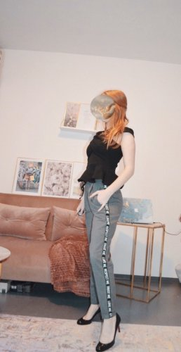 Bershka Pantalón capri color plata-gris claro