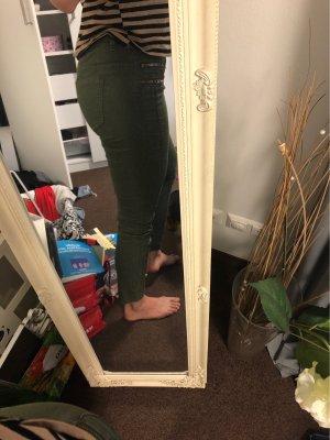 Hose mit goldenen Reißverschlussimitat