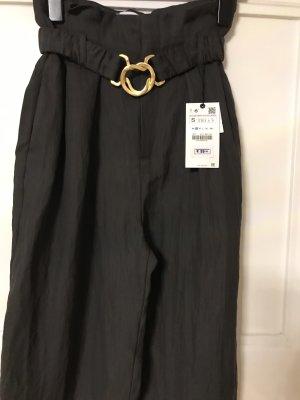 Hose mit Gürtel und Schnalle von Zara