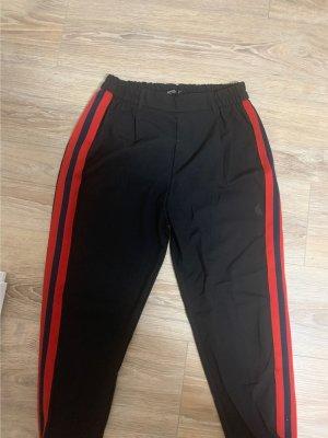 Hose mit rotem Streifen