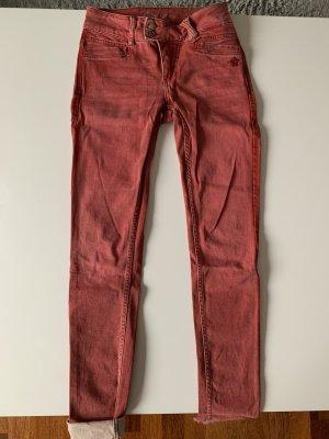 Hose skinny in rot
