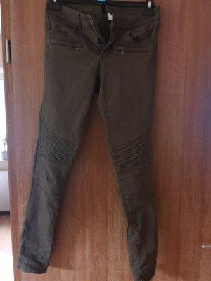 Hosen mit Stichen an den Knien
