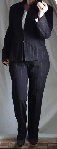Hosenanzug aus Boutique,Nadelstreif, dunkelbraun, elegant, klassisch, hochwertige Qualität, Polyester/Viskose/Elasthane, sehr bequem, knitterfrei, leicht taillierter Blazer mit Zipp und Kragen, gerade geschnittene, klassische Hose, neuwertig, Gr. 40