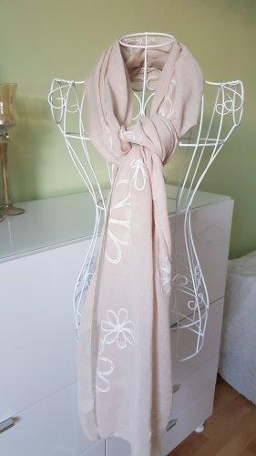 Hübscher Schal für den Übergang der Jahreszeiten