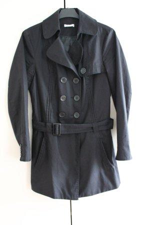 Hübscher schwarzer Trenchcoat