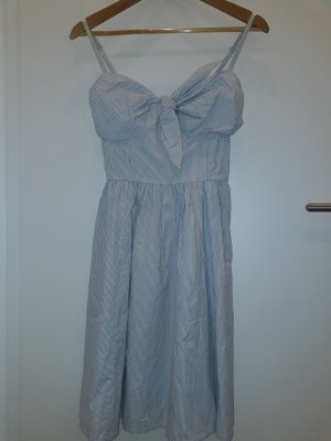 Hübsches blauweiß gestreiftes Spagettiträgerkleid mit Schleifchendeatil