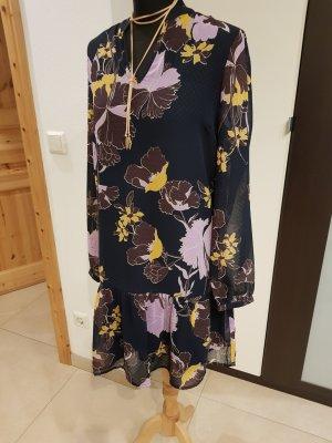 Hübsches Kleid mit passender Kette