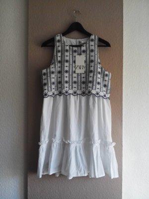 hübsches Minikleid mit Lochstickerei, Grösse M, neu