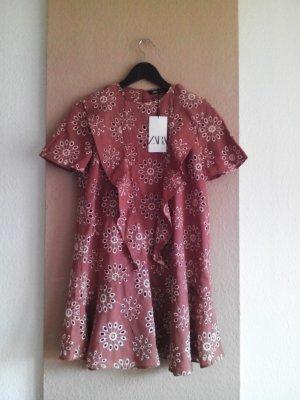 hübsches Minikleid mit Volants und Lochstickerei aus Baumwolle, Grösse S, neu