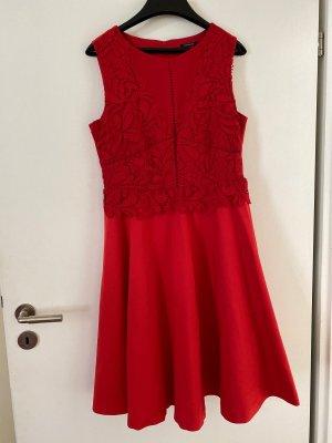 Hübsches rotes Kleid
