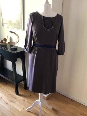Hübsches schmales Kleid mit dekorativen Bordüren