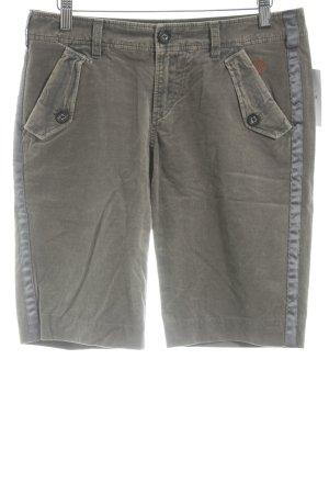 Hugo Boss Shorts grüngrau Street-Fashion-Look