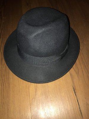 Hut mit schwarzer Schleife