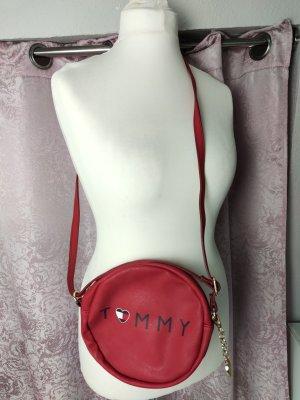 Ich biete hier eine kaum benutzte Tasche von Tommy Hilfiger an  In rot  Rund  Henkel kann verlängert/gekürzt werden