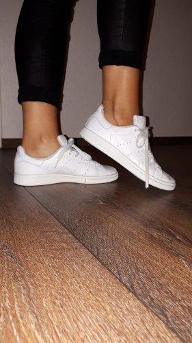 Ich verkaufe ein paar super coole Sneaker in Größe 38 von adidas stan smith!