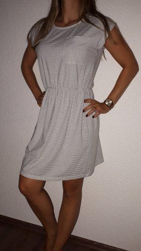 Ich verkaufe eine super schönes Kleid in Größe L von Cropp!