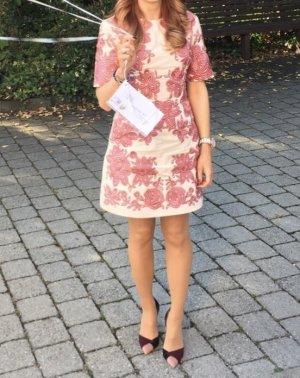 Ich verkaufe hier mein Kleid mit Strass von Asos in der Große 34. Der Neupreis war bei 270 €