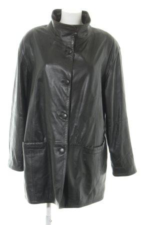Abrigo de cuero negro look casual
