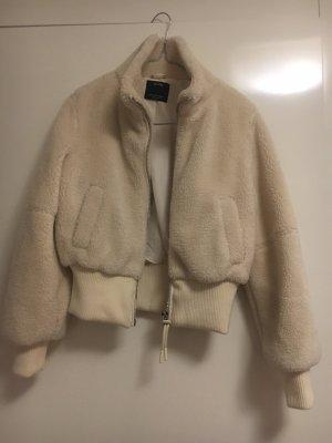 Bershka Futrzana kurtka w kolorze białej wełny