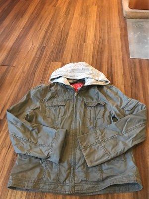 Jacke für den herbst in der Farbe Kaki mit grauer Kapuze