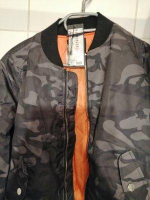 Jacke in Camouflage und Orange. Neu