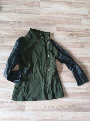 Jacke in khaki mit Kunstleder-Ärmeln