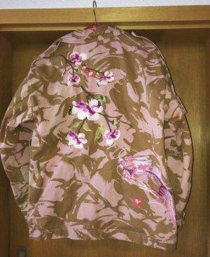 Jacke in Tarnmuster mit besticken Kirschblüten und Drachen