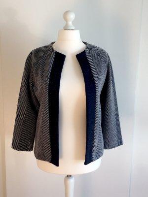 Jacke mit grau-weißem chevron Muster
