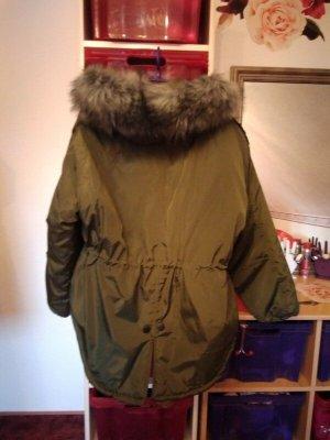 Abrigo con capucha verde oliva
