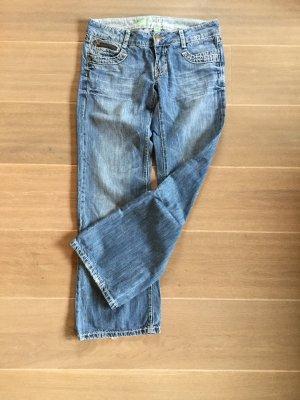 Jeans, gerader Beinverlauf, auffälliges Stitching, Reißverschlussdetail