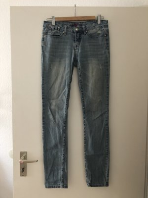 Jeans im Usedlook mit Nieten von bebe