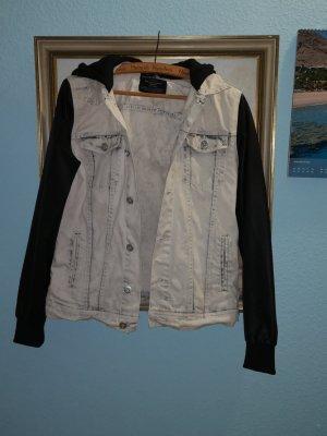 Jeans Jacke mit Leder Fake Ärmel und Stoff Kapuze Washed Optik aus der Männerabteilung