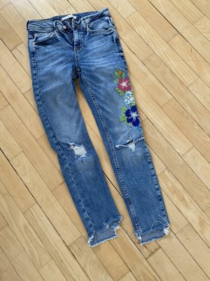 Jeans mit aufgesticktem Muster