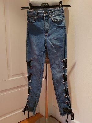 Jeans mit Band und Schleifchen