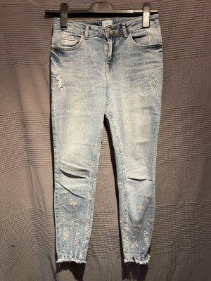 Jeans mit Blümchen Stickerei