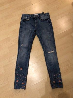 Jeans mit Blumen Bestickung