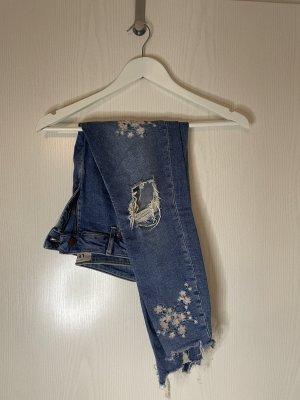 Jeans mit Blumendetails