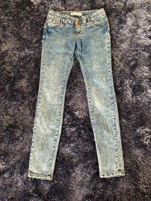 Jeans mit drei Knöpfen